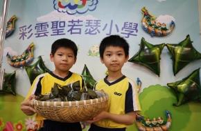 學生專心欣賞同學的作品。