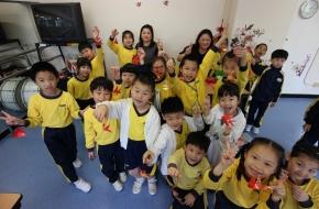 家長及學生一起製作迷你燈籠,十分開心!