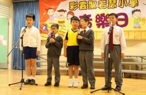 同學以美妙的歌聲演出,令觀眾沉醉於悅耳的樂曲中。