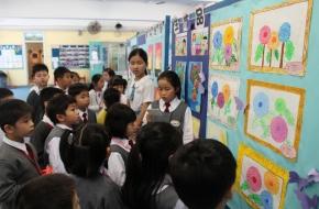 學生在活動中當導賞員,向同學介紹作品設計意念及分享創作經驗
